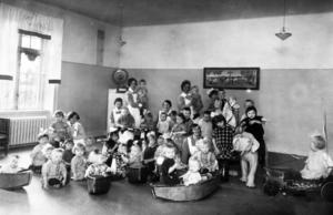 Det öppnades speciella barnhem i Stockholm för barn som redan vid födseln var smittade med syfilis. De allra flesta var barn till prostituerade, och de behandlades med kvicksilver. Några blev friska och kunde lämna hemmet för att sedan hamna som billig arbetskraft på något ställe. Det här är barnen som var gömda och bortglömda. Foto: TT