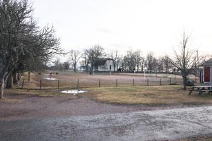 På Grusplanen precis bredvid Tegelbacken kan det komma att bli en paviljong för att lösa problemet med lokaler till förskolan.