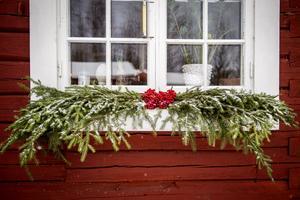 En klase rönnbär och lite granris är ett enkelt och effektfullt sätt att skapa julstämning kring fönstren.