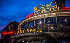 """Knappt en timme tidigare stod Hampus Jansson på Casino Cosmopols scen och sjöng """"Santa Claus is coming to town"""" samtidigt som julbelysningen tändes."""