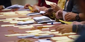 Alla röster räknas två gånger. En preliminär rösträkning görs i två steg hos kommunerna, dels på valnatten och dels på onsdagen efter valdagen. Sedan gör länsstyrelsen den slutliga rösträkningen. Foto: Johan Nilsson
