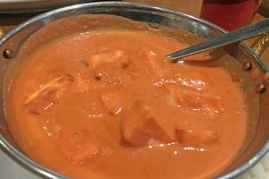 Färskost i cashwenöt och tomatsås som mest smakar sött. Foto: Lunchkollen