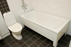 En del bostäder har badkar, andra bara dusch.