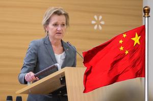 Debattörerna är kritiska till att Boel Godner (S) försvarar att Södertäljes samarbetar med Kina, genom systerstadsavtalet med staden Wuxi (bilden är ett montage). Foto: Monika Nilsson Lysell och TT