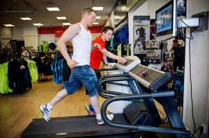 I vissa affärer kan du prova träningsskorna på löpband.Bild: Malin Hoelstad / SvD / TT