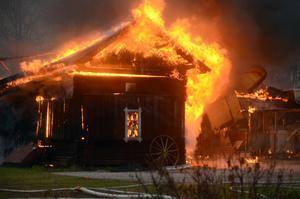 Branden spred sig snabbt i den gamla lagården.
