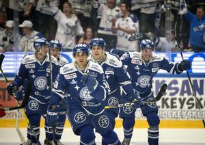 Leksand spelade i blått i match fem och gjorde en bra match. Såg till att reducera matchserien till 3–2 och ta kvalet till match sex i Smidjegrav Arena.  Foto: Ulf Palm/TT.
