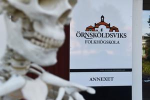 När skolan flyttade från Hampnäs till Örnsköldsviks centrum fick den namnet Örnsköldsviks folkhögskola.