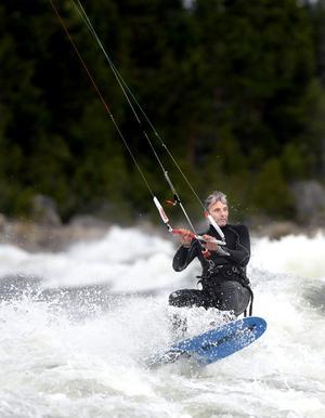 Lars Lind har hållit på med kitesurfing i 6-7 år. Det började med vindsurfing.