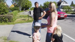 Annika Johansson Bjurling, Kenth Eriksson och Camilla Wallingstam (med barnen Frank och Lisa) bor på Josefsdalsvägen och har fått nog av de fartglada bilisterna. Bilden är från ett reportage om trafiksituationen för tre år sedan. Arkivfoto: Mårten Arvidsson