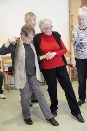 Agneta Fjäll och Margot Jonsson visar dansstegen.