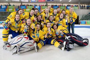 Det svenska laget jublar med OS-guldmedaljerna efter finalsegern mot Österrike.