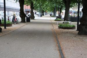 Metallskenorna är en del av utformningen av cykelbanan på Nygatan.