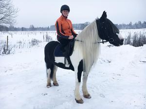 Foto: Privat. När hon var på rehabilitering på Sandvikens sjukhus fick Matilda möjlighet att testa att rida igen. Det var ovant men det gjorde inte alls lika ont som innan amputationen av det högra benet.