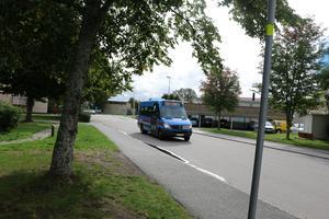 En av servicelinjens bussar i Hallsberg.
