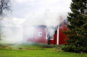 Vid halvsextiden på tisdagskvällen fick SOS in ett larm om att det brann i en villa i Bjärme, som ligger mellan Fåker och Tandsbyn.