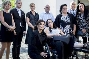 Carola Häggkvist tillsammans med Lotta Rudholms familj och närmaste vänner utanför domkyrkan i samband med Lottas begravning.