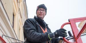 Stefan Gunnarsson är van vid höga höjder. Som plåtslagare får han och hans kolleger rycka in med skyliften för att knacka is och skyffla snö.