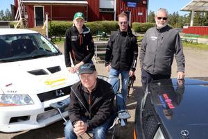 Dennis Persson, Leif Persson, Pär Johansson och Per-Olov Einerfeldt vid Laxå motorstation där både start och mål i Laxå rallyt är.
