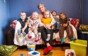 Arvid, Ellen, Agnes, John och Pelle sitter i soffan i lekrummet tillsammans med Carina Hedqvist.