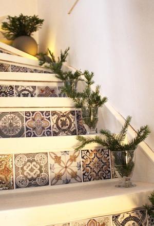 Granris i glas i trappen. De till synes marockanska plattorna är i själva verkligen plastremsor som Mirelle klistrat dit.