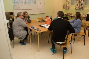 Det blev ett långt samtal om situationen för fritidsverksamheten. Här på bild är, bortsett från Tobias Baudin, även Eva Söderblom och Lena Eldstål från Kommunal norra Västmanland, samt barnskötaren Mia Nordström.