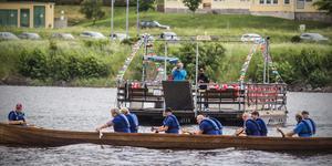 Mellan motorhaverierna tog Håkan Nyve chansen på färjan och förevigade kyrkbåtsracet.
