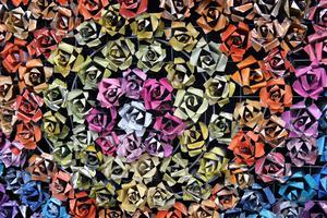 En rosentavla gjord av tomma sprayburkar, av Sarah Button.