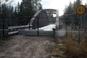 Trafikverket kunde inte hitta papper på att de sålt bron, men det lyckades amatörforskare med, när de sökte i olika arkiv.