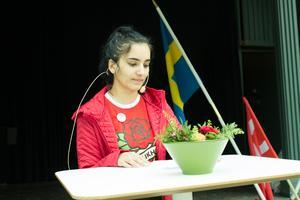 SSU Norrtäljes ordförande Mona Hammad i Societetsparkens talarstol.