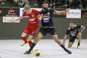 Sala FF:s Martin Åman och Sala AC:s Ferat Ucmac i en duell i seniorernas kvartsfinal.