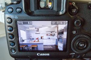 Bilderna tas både med och utan blixt och läggs samman i datorn, berättar Tomas Arvidsson.