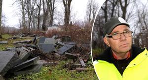 - Ett skräckexempel, säger Kjell Johansson om gravstenarna bakom muren vid Edebo kyrka.
