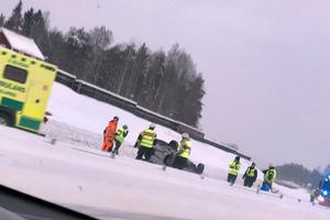 En personbil voltade på E16 strax söder om Falun på onsdagsmorgonen. Föraren kunde själv ta sig ur bilen.