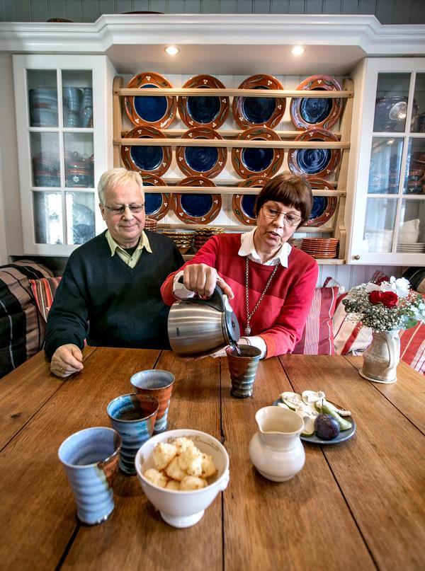 I köket finns Agneta Taubes keramik i både koppar (på bordet) och fat (på väggen). FRONT