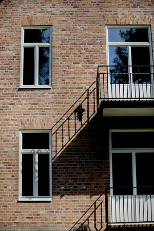 Fasaden har lagats där det behövts, balkongerna har gjorts som kopior på de balkonger som finns på andra delar av huset.