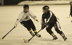 SAIK:s Jenny Stadin försöker ta sig förbi en AIK-spelare.