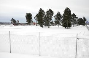 Här kommer 100 hyrbilsparkeringar att byggas med start i vår. Ytan ligger nära huvudterminalbyggnaden på flygplatsen.