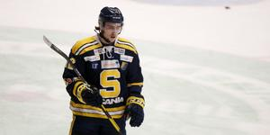 Emil Lind i J20-tröjan förra säsongen. Totalt gjorde han 39 poäng på 42 matcher för SSK:s juniorer under vintern som gick. I en match var han även ombytt när A-laget spelade.
