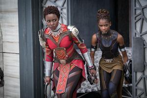 Lupita Nyong'o, till vänster och Letitia Wright till höger i en scene från Marvels