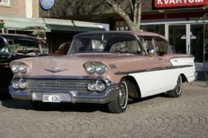 En rosa-vit Chevrolet pryder sin plats utanför gamla ICA Kvantum.