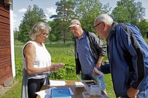 Hur många rätt blev det? Elisabeth Kjellin kollar tipsresultatet för Kaj Kjellin och Anders Hansson efter promenaden.