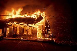 En affär i Paradise brinner ner till grunden. Hela staden med cirka 30.00 invånare har ödelagts av jättebranden