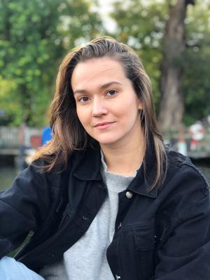 Vanessa Andersson från Örnsköldsvik bygger sig en skådespelarkarriär som frilansare i Stockholm. Hon vill satsa på hennes två passionerade genre inom filmindustrin humor och drama.