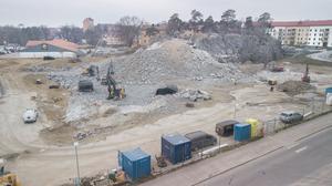 Marken förbereds. Just nu spränger man sig nedåt för att kunna bygga garage. Till höger ses Nynäshamnsbostäders hyreshus.