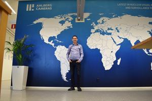 På världskartan i entréhallen sitter prickar på varje stad som företaget har kundkontakter i.
