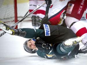 Alfta Filip Kiltorp togs hårt framför Skedvi/Säters målbur.