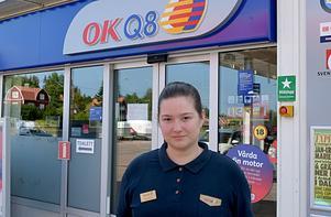 Amanda Lehtola beklagar de besvär som blixtnedslaget vållar stationens kunder.