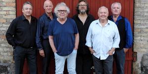 Claes Janson (nummer tre från vänster i bild) och Internationalorkestern kommer till Västerås lördagen den 10 augusti. Micke Finell är nummer fyra från vänster. Foto: Rosa Sundahl