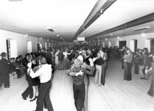 Bilden är från den fjärde lördagsdansen i november 1973. Den lockade runt 800 personer. Lagårn har alltid varit en plats för de verkligt dansintresserade. Till Lagårn kommer fortfarande en publik i alla åldrar, från tidiga tonåren ända upp i 80-årsåldern. Foto: Svante Remshagen